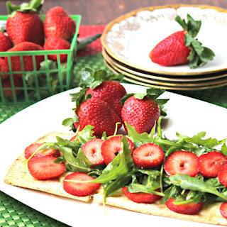Strawberry Brie Flatbread Salad #SundaySupper #FLStrawberry