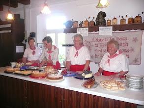 Photo: Selbstgebackenen Kuchen und Kaffee servierten die fleißigen Heimatfrauen in der Meyersiekschen Mühle.