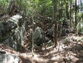 尾根の中央に大きな岩(左が正解)