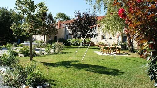 gite-le-nid-les-grandes-chaumes-17700-surgeres-jardin-balancoire-table-ping-pong