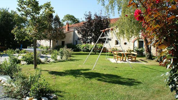 Gîte Le Nid : jardin avec balancoire et table de ping-pong