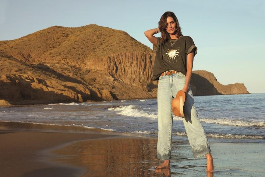 La periodista Sara Carbonero frente a un deslumbrante paisaje almeriense.