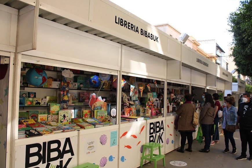 Lectores almerienses disfrutando de la Feria del Libro.
