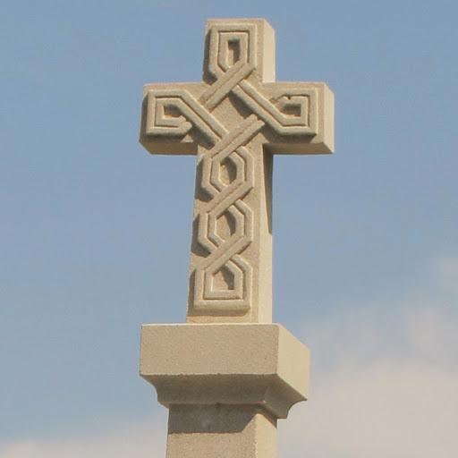 Calvaire 19ème siècle restauré Croix en pierre avec entrelac celtique 26 84