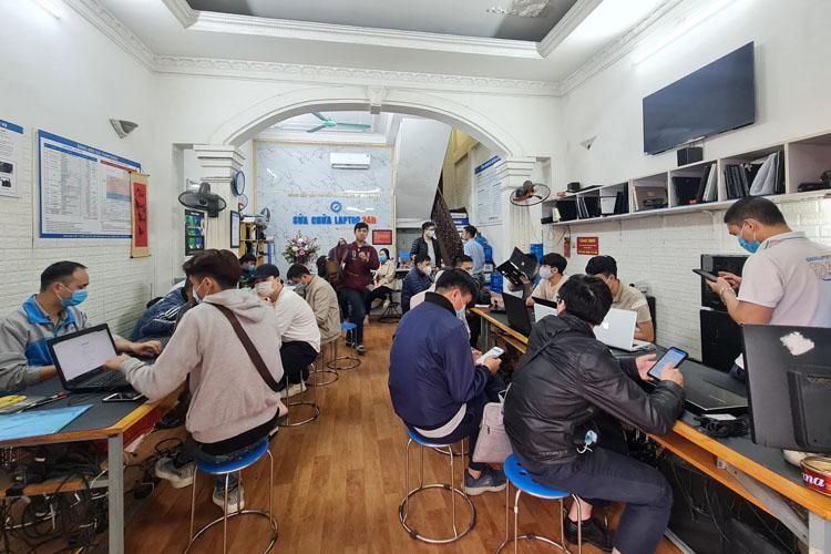 Khách hàng tới sửa nguồn máy tính tại Sửa chữa Laptop 24h .com