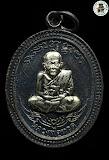เหรียญ ลป.ทวด พ่อท่านเขียว วัดห้วยเงาะ รุ่นกิตติคุโณ ๘๒ เนื้อทองแดงรมดำ หน้าอัลปาก้า หลังอัลปาก้า (กรรมการ หมายเลข 2818) ปี 2553 สวยพร้อมกล่องเดิม