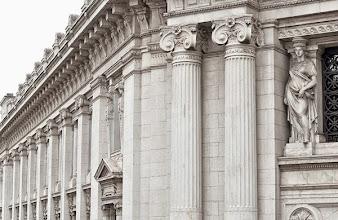 Photo: 2 - Cariatide, colonne ioniche e motivi decorativi del prospetto su via Armorari