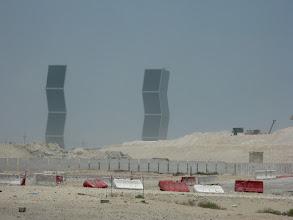 Photo: Doha, 27 luglio 2009. Le Zig-Zag towers, complesso residenziale nella zona nord della capitale. Gli edifici dalla caratteristica forma non sono ancora pronti e forse dovranno essere abbattuti per difetti di costruzione.