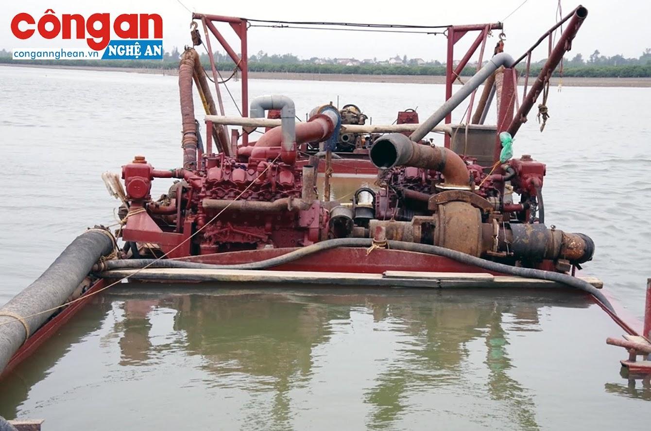 Máy bơm công suất lớn và vòi rồng dùng để hút cát