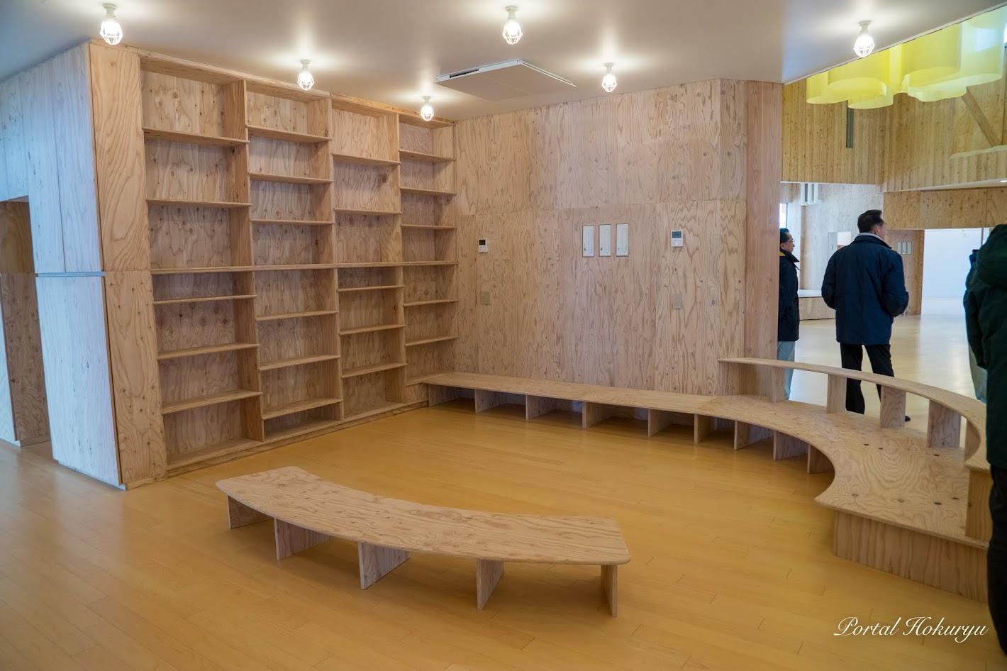 エントランスホールに設置された絵本部屋コーナー