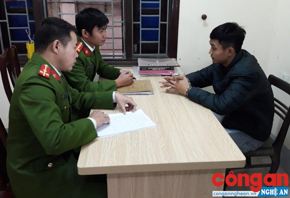 Công an huyện Diễn Châu lấy lời khai của đối tượng chuyên phá két sắt trộm tài sản trên địa bàn huyện