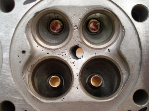Culasse d'un moteur Triumph Rickmann monté par machines et Moteurs dans un cadre Norton
