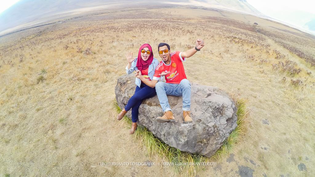 foto prewedding casual adventure di gunung bromo simple hijab jilbab dengan xiaomi yi