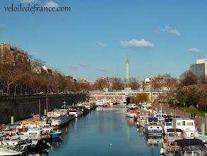 Photo: Ou bien encore cette vue sur ce port de plaisance (port de l'Arsenal) avec l'un des symboles de Paris à l'horizon - e-guide de balade à vélo dans Paris de Notre-Dame à Bercy-Village