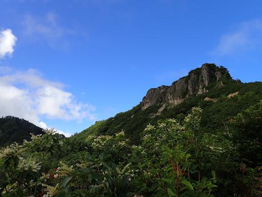 前方に三方岩岳(飛騨岩)