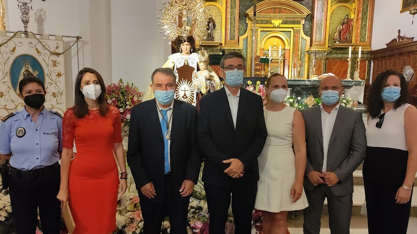 Autoridades asistentes a la ofrenda floral de la Virgen del Carmen.