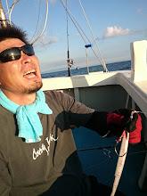 """Photo: """"タケダさん""""3本目のヒラスヒーット! ・・・だったのですが、近海ジギングらしからぬ サイズのヒットでした。 途中まで、強烈な引きに耐えて ファイトしていたのですが 惜しくもフックアウト! しかも・・・"""