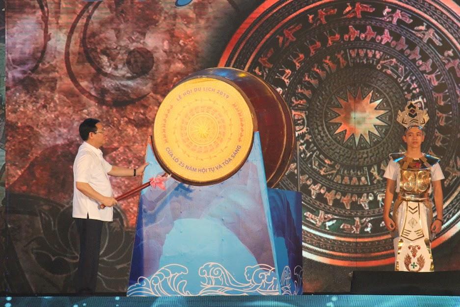 Phó Thủ tướng Chính phủ Vương Đình Huệ đánh trống khai hội Lễ hội Du lịch Cửa Lò 2019