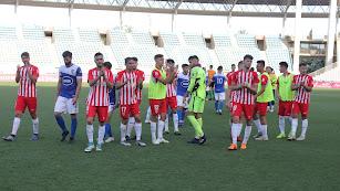 Los jugadores del filial al final del partido.