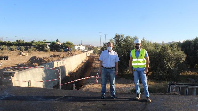El alcalde de Pulpí, durante su visita a las obras el pasado viernes.