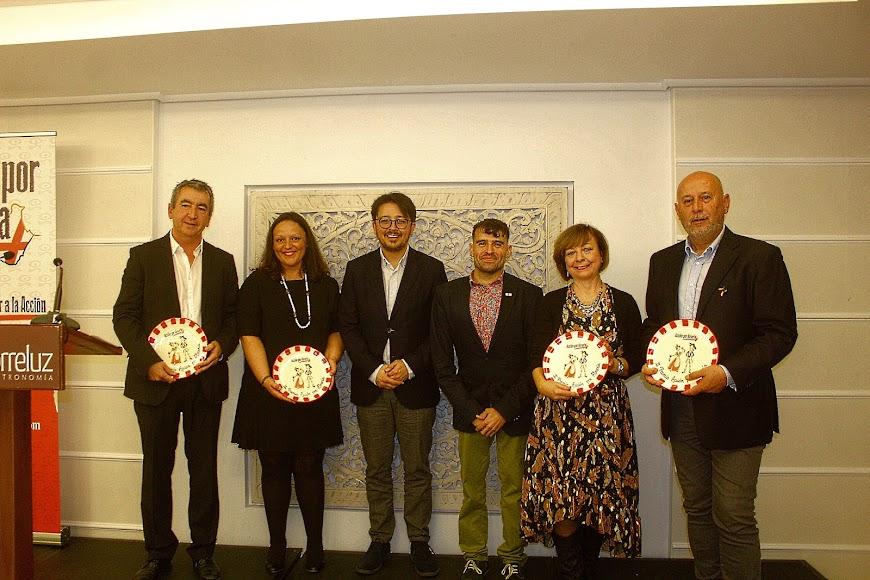 Galardonados en los Premios Acción por Almería, junto al presidente de la Asociación y el diputado provincial.