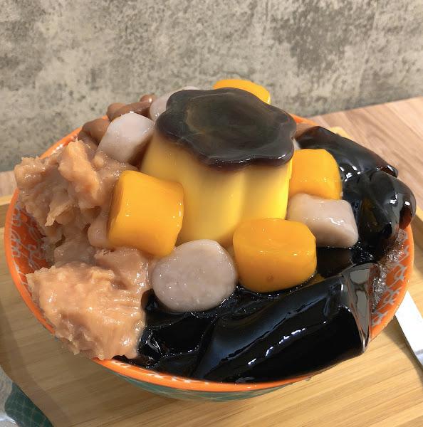 🍧芋圓冰+布丁 $50+15 🍼小芋仙鮮奶 $65  光看店名就知道番茄要介紹什麼了吧😉 芋控們一定要好好收藏這家店❤️  #芋圓冰 他們家的芋圓冰是用黑糖剉冰去做基底 可以選三種配料 ‼️他們