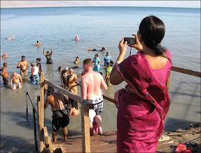Photo: Мертвое море. А вот пониже - как то не очень. Довольно примитивные деревянные мостки. Вдобавок, наша группа попала вместе с индийцами.