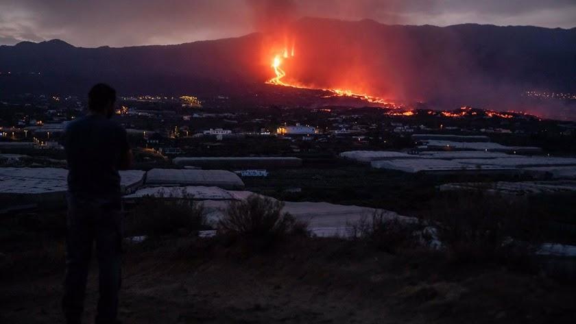 El volcán sigue expulsando lava.