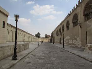 Photo: rodeando el edificio, al final de esta calle...