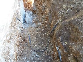 Photo: nochmals die geflickte Telefonleitung... vorne die Kabelfernsehen ist auch gekappt aber das ist ok so.  Im HIntergrund wieder der Felsen.