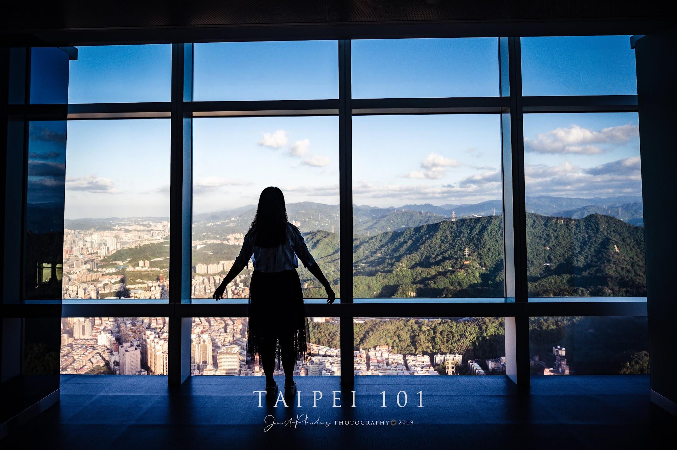 下午登上台北101隨處找個小角落,也可以透過大片的觀景窗拍攝更有氛圍的人像照片。