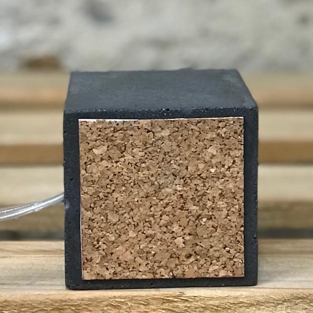 détail de fabrication d'une lampe en béton cube