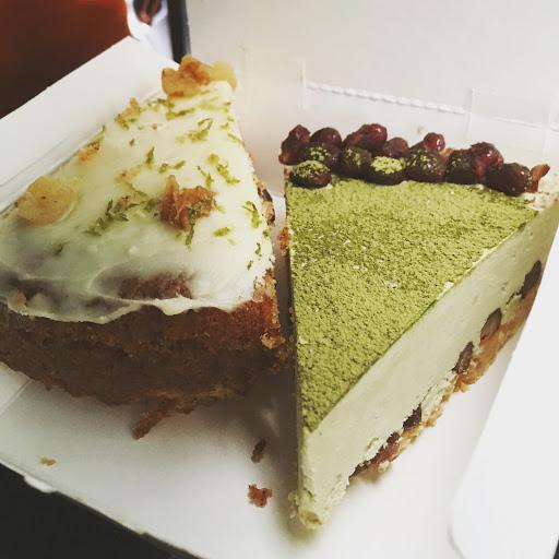 抹茶紅豆生乳酪蛋糕很好吃 紅蘿蔔蛋糕味道也不錯 甜點款式多 但要買要早點 不然到了下午就賣完了 服務小姐的態度好價格也合理🍰🍰