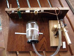 Photo: la chaine d'alimentation est complète : graisseur à déplacement ( il ne sera pas fonctionnel avec l'air comprimé ..) vanne vapeur 1/4 de tour, et après le moteur un semblant de déshuileur pour ne pas vaporiser l'huile injecté dans le circuit.