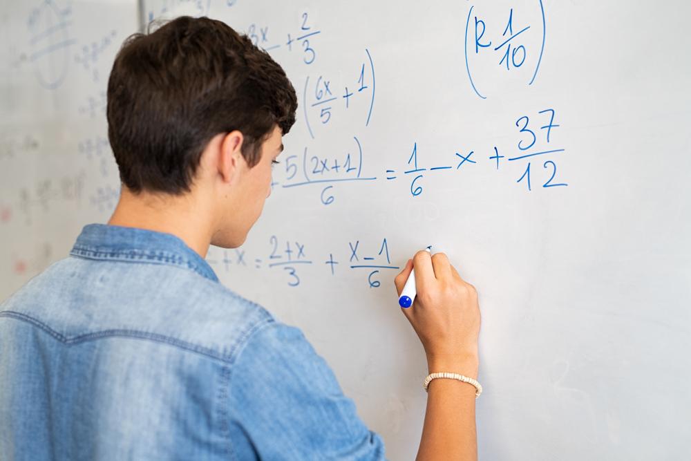 Só se pode cortar os elementos na fração se eles estiverem sob multiplicação. (Fonte: Rido/Shutterstock)