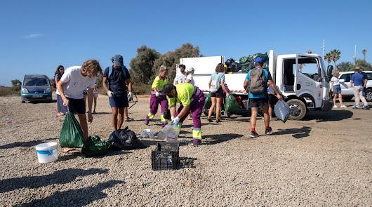 100 almerienses se unen para limpiar la playa de El Bobar y la desembocadura