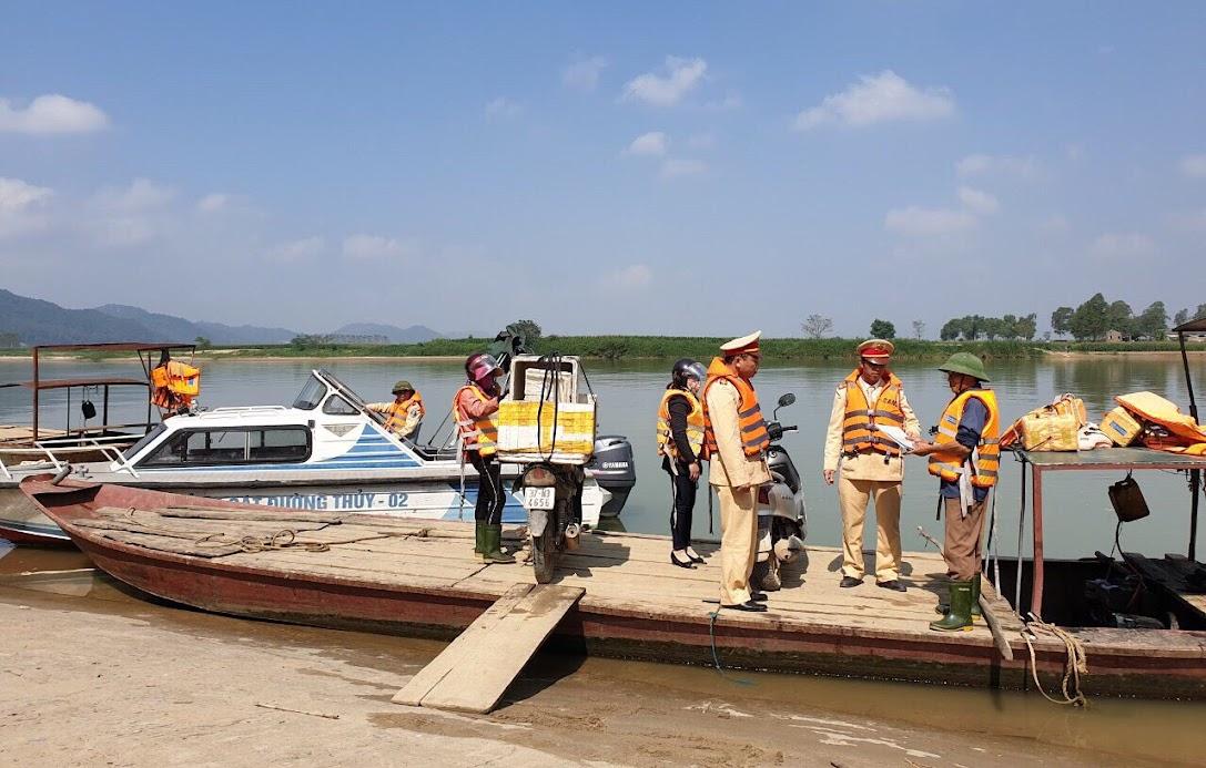 Lực lượng Cảnh sát đường thủy tiến hành kiểm tra thủ tục giấy tờ đối với chủ phương tiện thủy nội địa