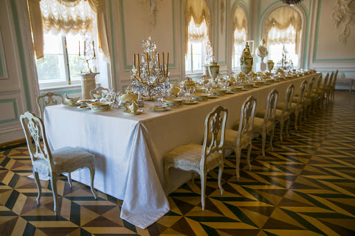 Peterhof-Palace-banquet-table.jpg - Banquet table at Peterhof Palace.