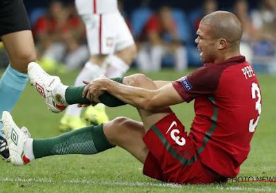 Pepe vomit sur la pelouse
