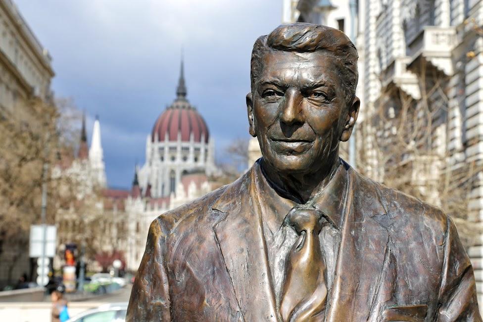 Pomnik Ronalda Reagana na tle Parlamentu w Budapeszcie, Budapeszt, Peszt