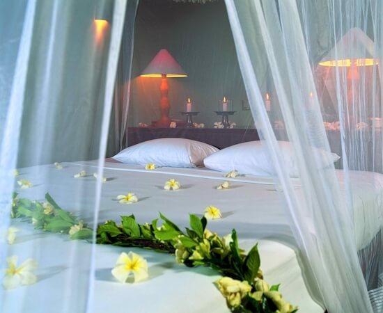 trang trí phòng tân hôn với hoa tươi