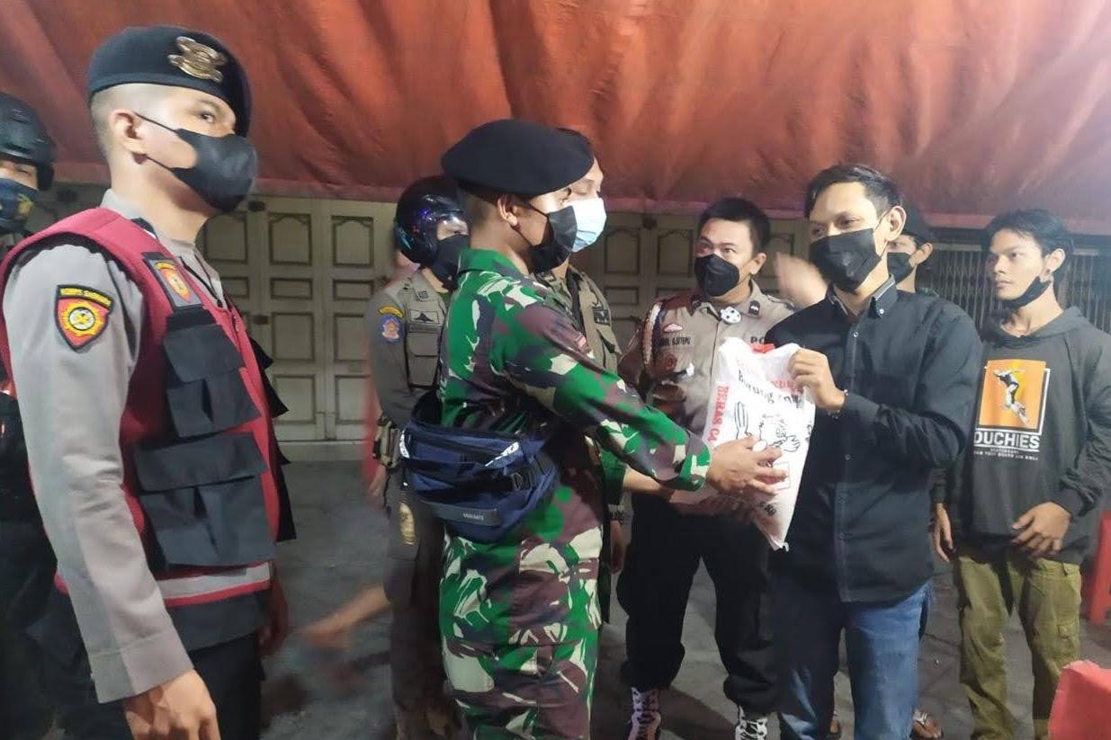 TNI Polri dan Satgas Covid 19 Patroli Sekala Besar Bagikan Bansos di Medan