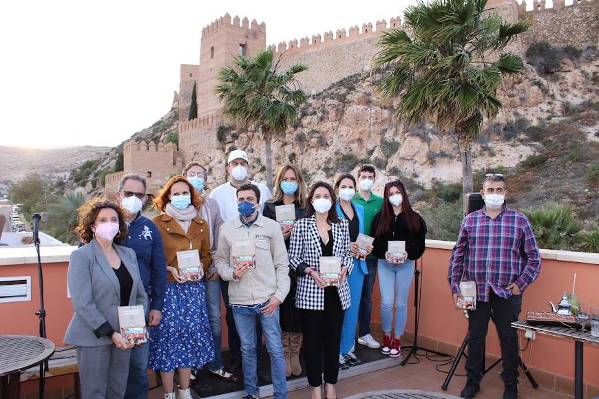 La Asociación de Vecinos Casco Histórico junto a los participantes en el acto.