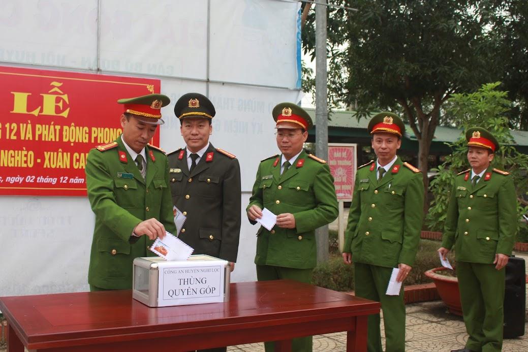 Lãnh đạo và CBCS Công an huyện Nghi Lộc quyên góp ủng hộ