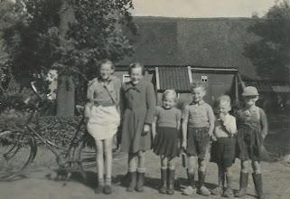 Photo: 1953: v.l.n.r. Jannie Bastiaan, Jantje Vedder, Geesje Rozema, Aleidus Stokker, Egbert Rozema en Sjoerd Rozema