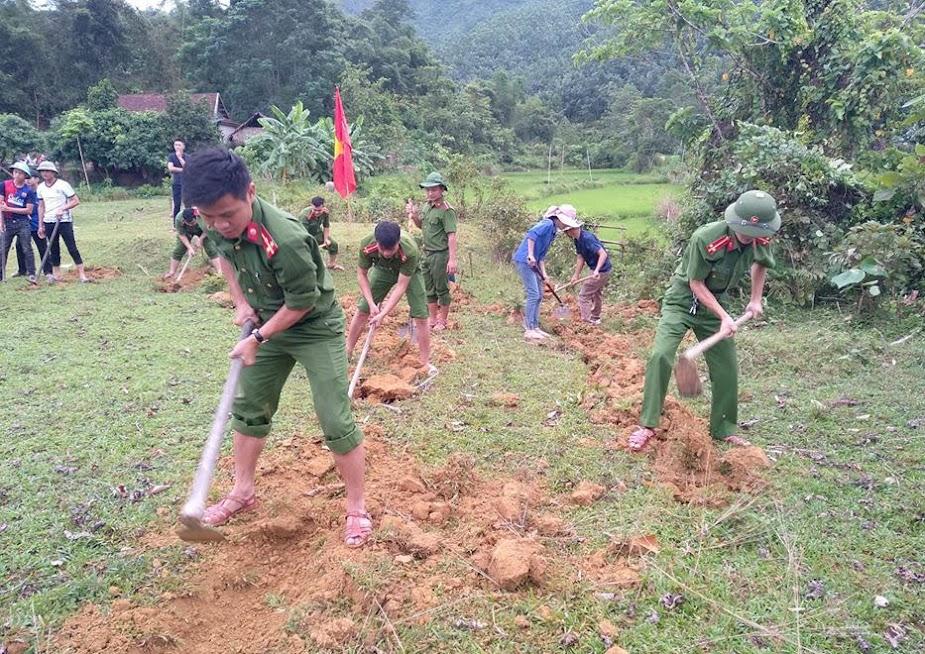 Công an huyện Anh Sơn giúp dân làm đường giao thông