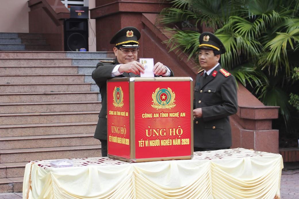 Thiếu tướng Nguyễn Hữu Cầu quyên góp ủng hộ