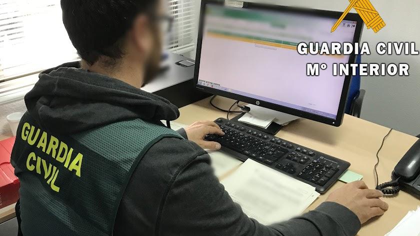 Guadia Civil trabajando frente a su ordenador