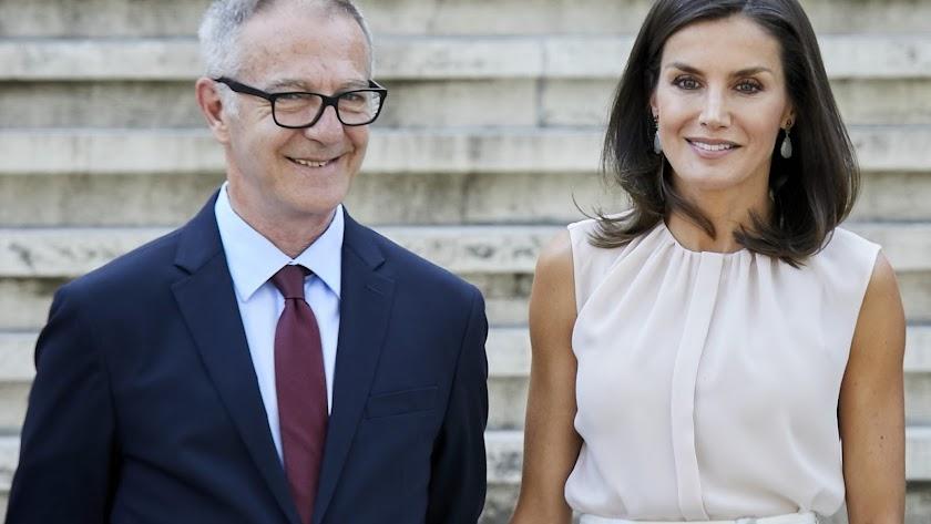 El ministro de Cultura y la Reina.