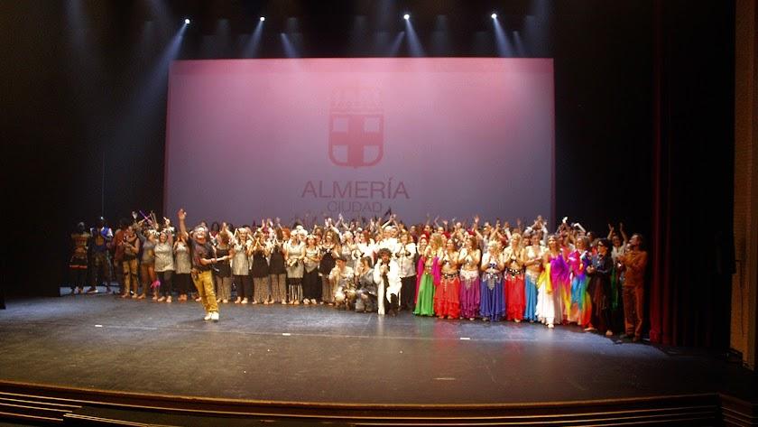 Participantes en la gala de clausura de los Centros de la Mujer con Paco Cañizares.